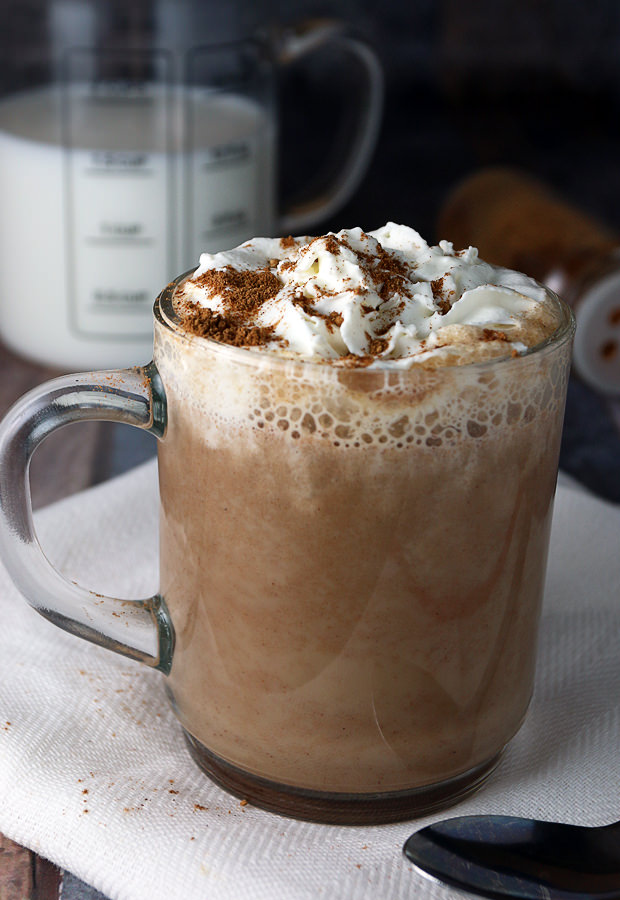Warm yourself off in the cold months with a delicious mug of home-made pumpkin pie spice latte! | Shared via www.ruled.me
