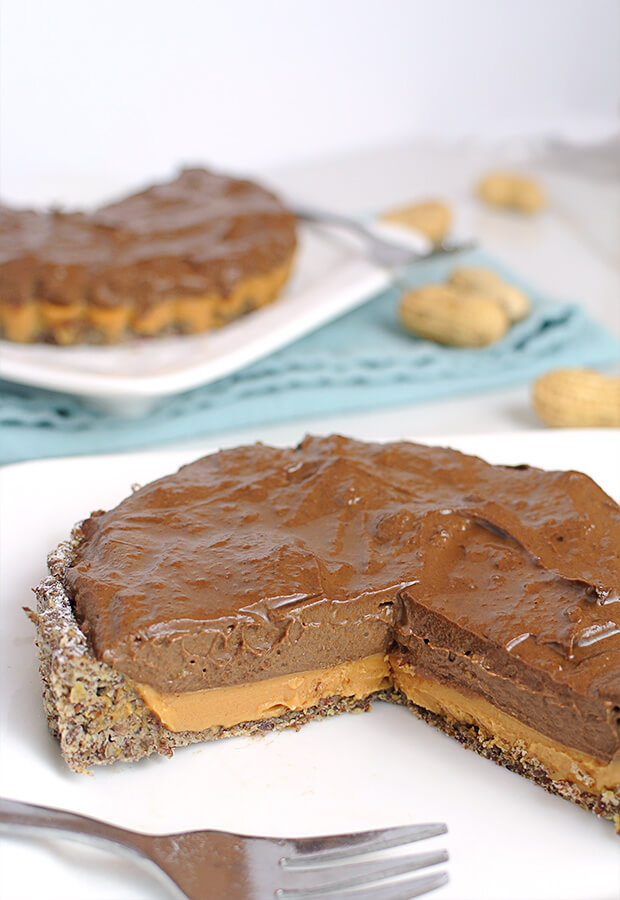 A super simple, decadent keto chocolate & peanut butter tart. Perfect to share with everyone after dinner! Shared via //www.ruled.me/