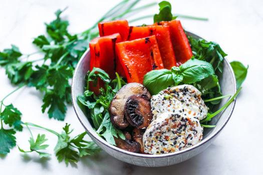 Salada De Queijo De Cabra Frito Com Vegetais Carbonizados