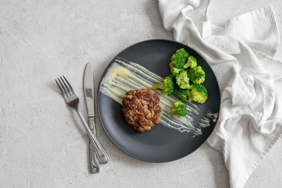 Garlic Burgers with Cream Sauce and Broccoli